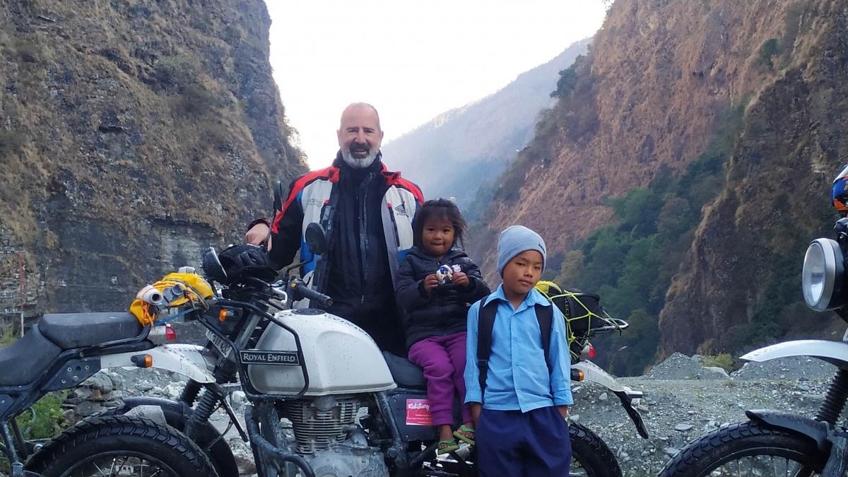 La última fotografía de Pedro Sancho Mañanet, junto a dos niños nepalíes.