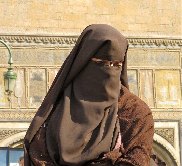 Rostros que se ocultan en El Cairo.