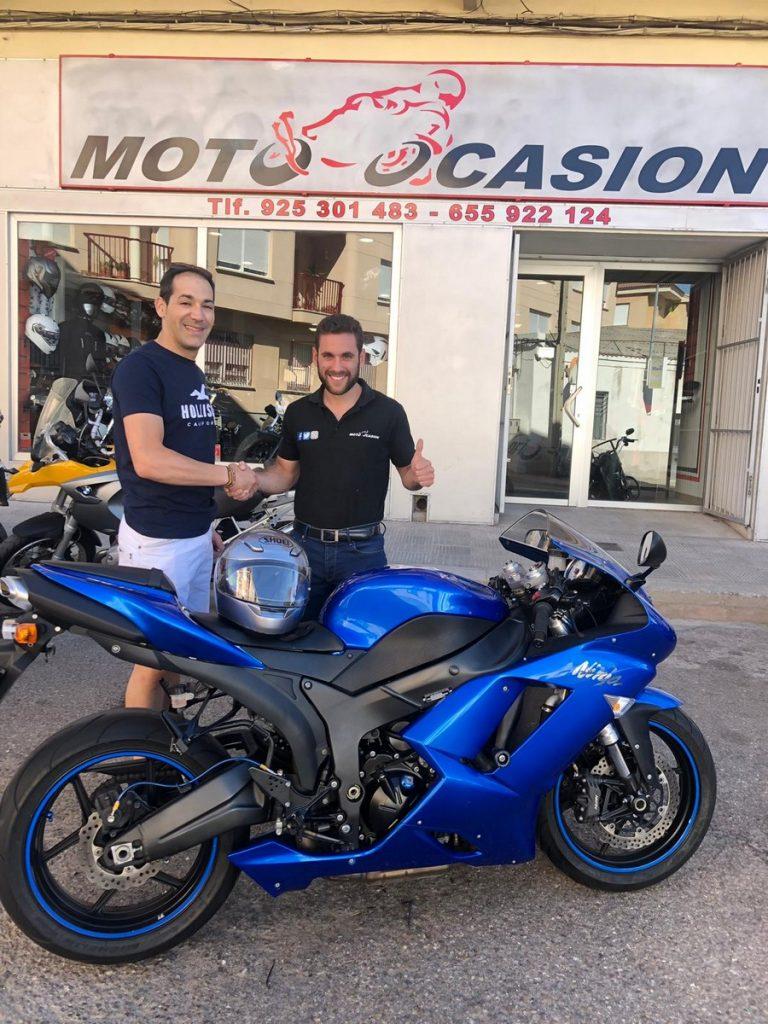 La entrega de la moto, un momento especial.