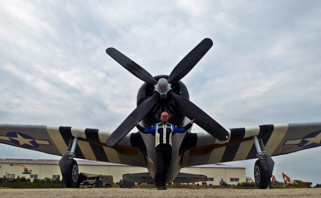 Manel Kaizen bajo la hélice de un avión de combate.