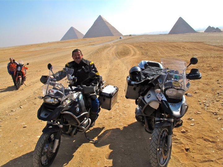 Una estampa para enmarcar: frente a las pirámides de Egipto.