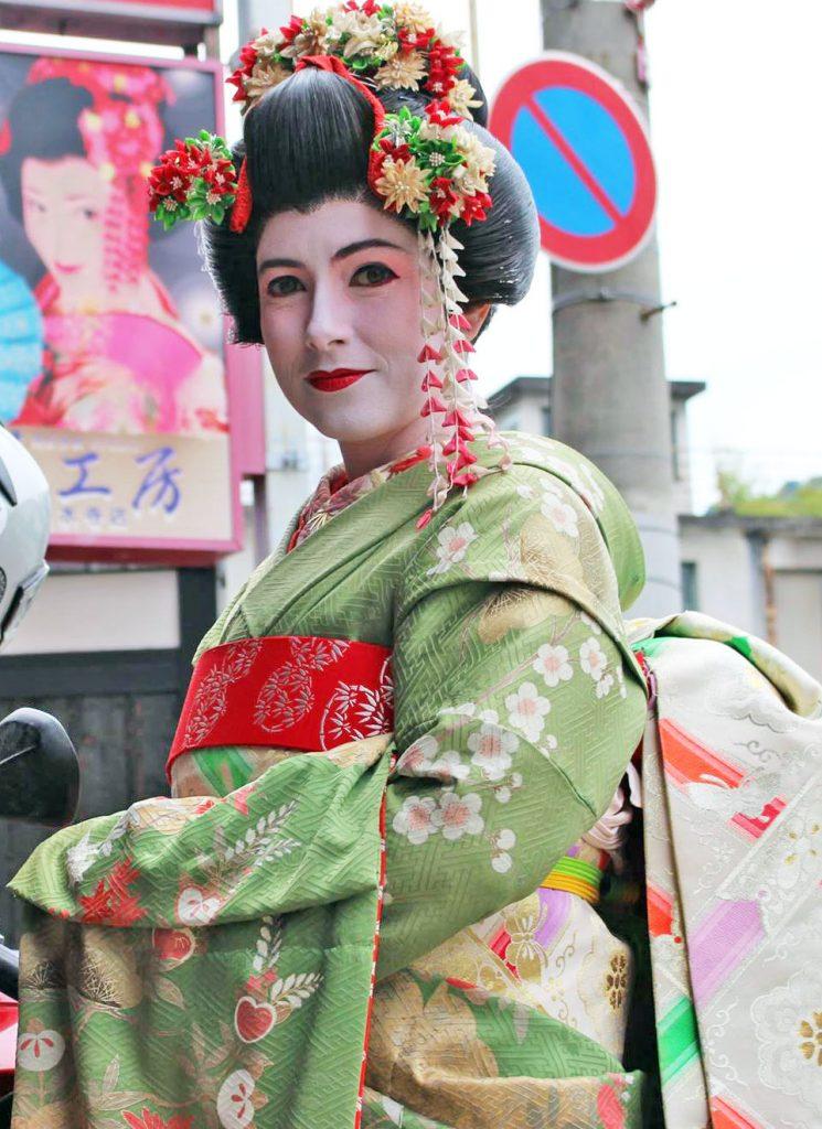 Alicia Sornosa en Japón: caracterizada como una maiko.
