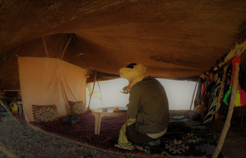 Hasta el Sahara en Vespa: te en una jaima.