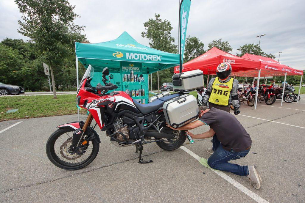 Lubricando cadena en el stand de Motorex. Fotografías: Guillem Hernandez –Sessantuno.com-, Pere Nubiola, P.C.