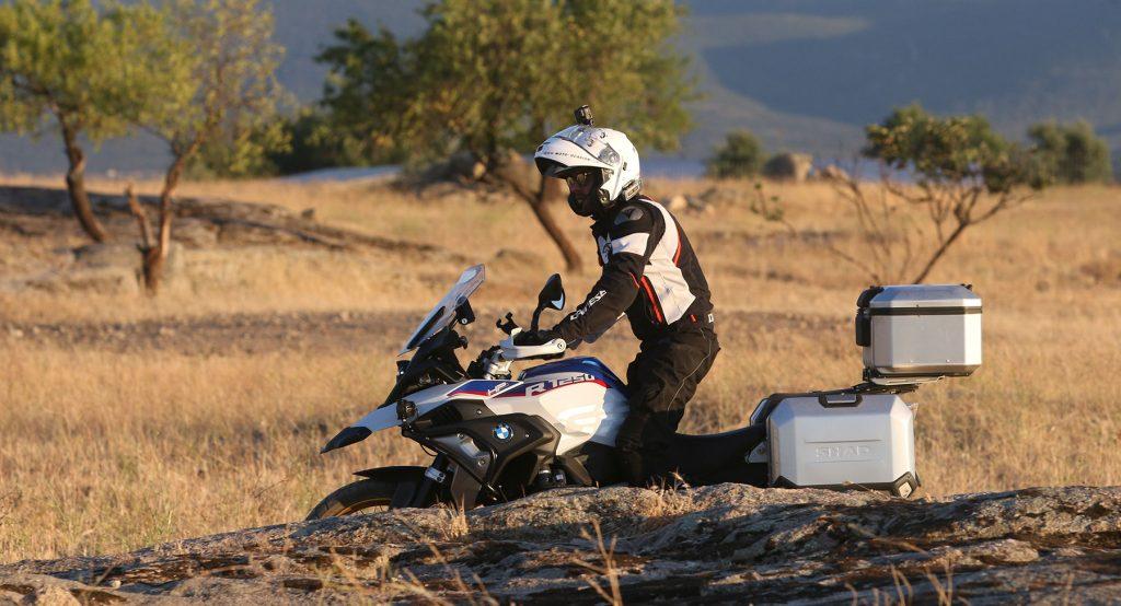 Las maletas se integran con las líneas de la moto.