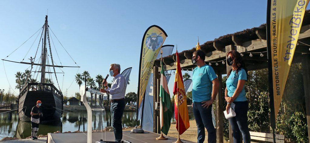 El diputado de presidencia de la Diputación de Huelva dio la bienvenida a los participantes en el Muelle de las Carabelas.