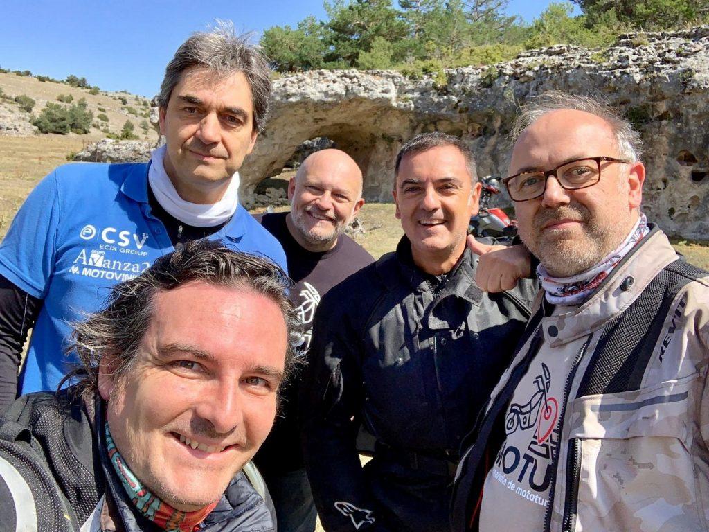 """Fernando Meseguer """"Elmese Motolover"""", pulgar arriba, junto con sus compañeros y amigos de AEMOTUR."""