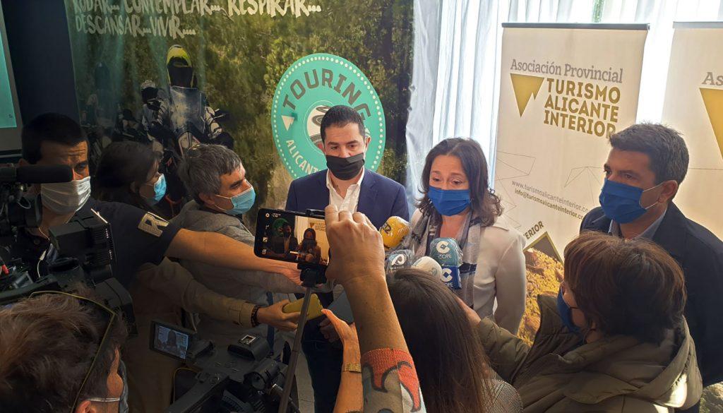 La presidenta de la Asociación Provincial Turismo Alicante Interior, Indira Amaya de Ameglio, junto al alcalde de Alcoy, Toni Francés (i) y el presidente de la Diputación de Alicante, Carlos Mazón (d).