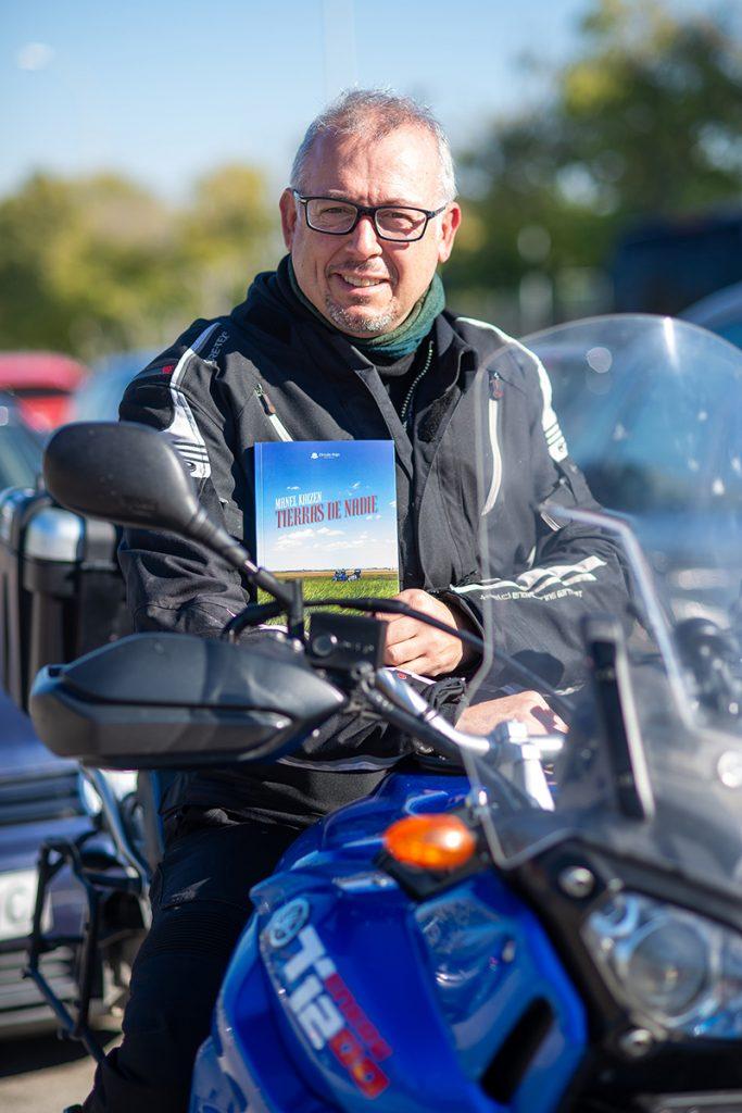 """Manel Kaizen con su libro """"Tierras de nadie""""."""