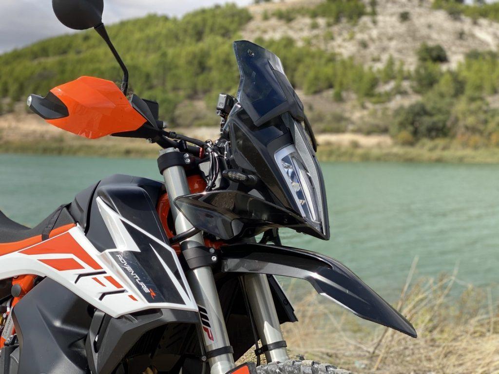 Estética trail para una moto con orientación off road.