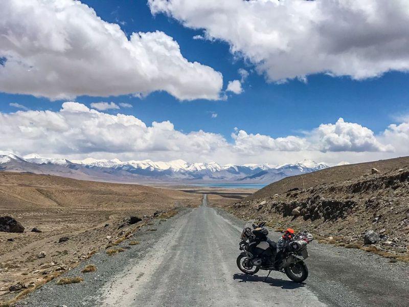 El lago Karakhul, con la cordillera del Pamir al fondo