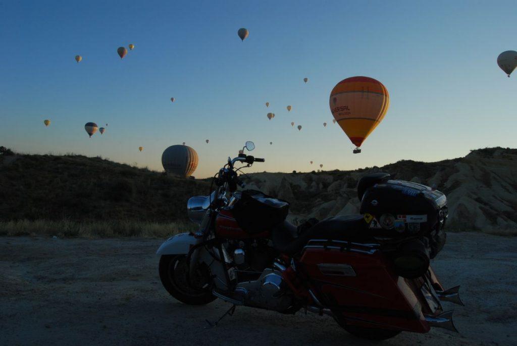 Los globos aerostáticos recortan el horizonte en Capadocia (Turquía)