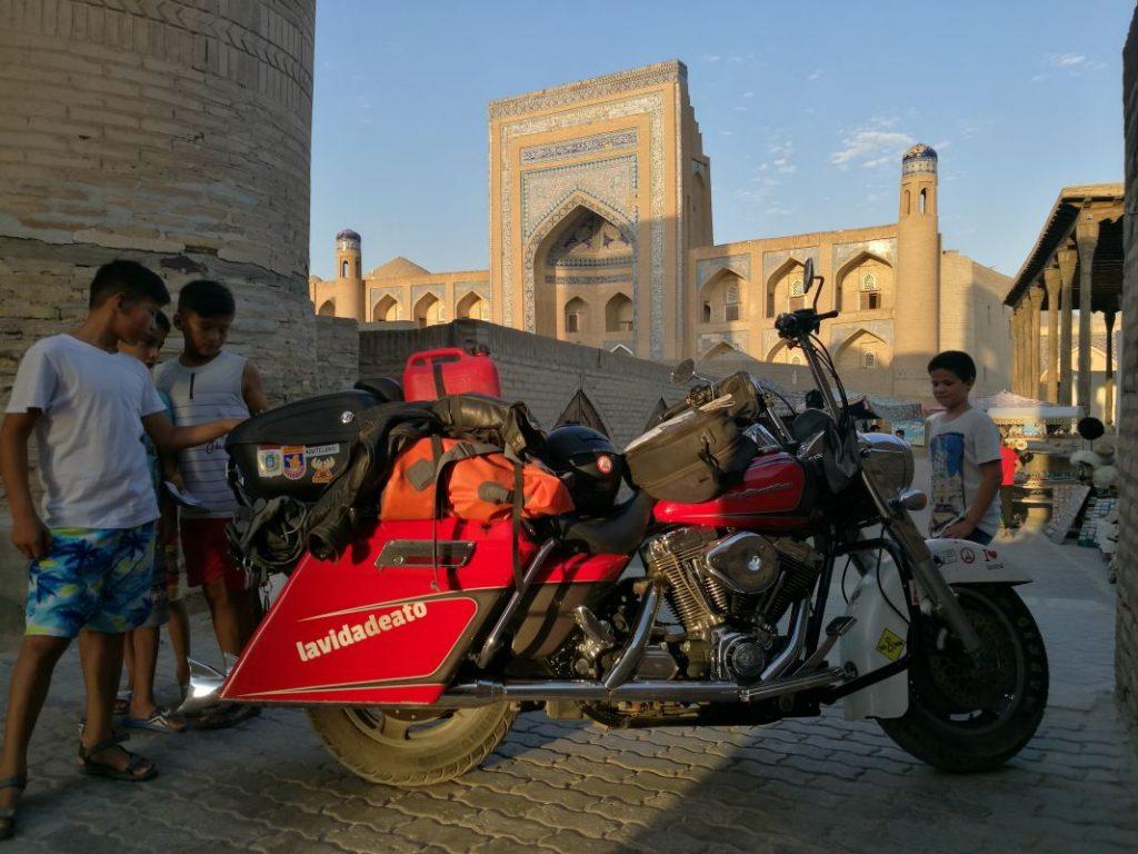 En Khiva, Uzbekistán, la Harley despertó curiosidad