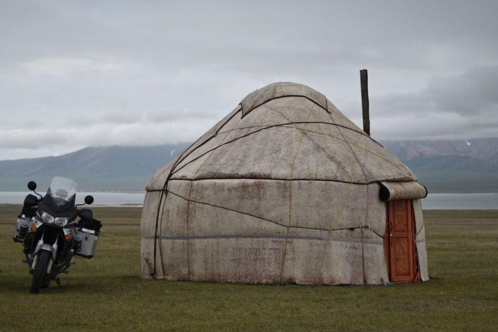 La Honda Varadero descansa junto a una yurta, el hogar tradicional de los nómadas