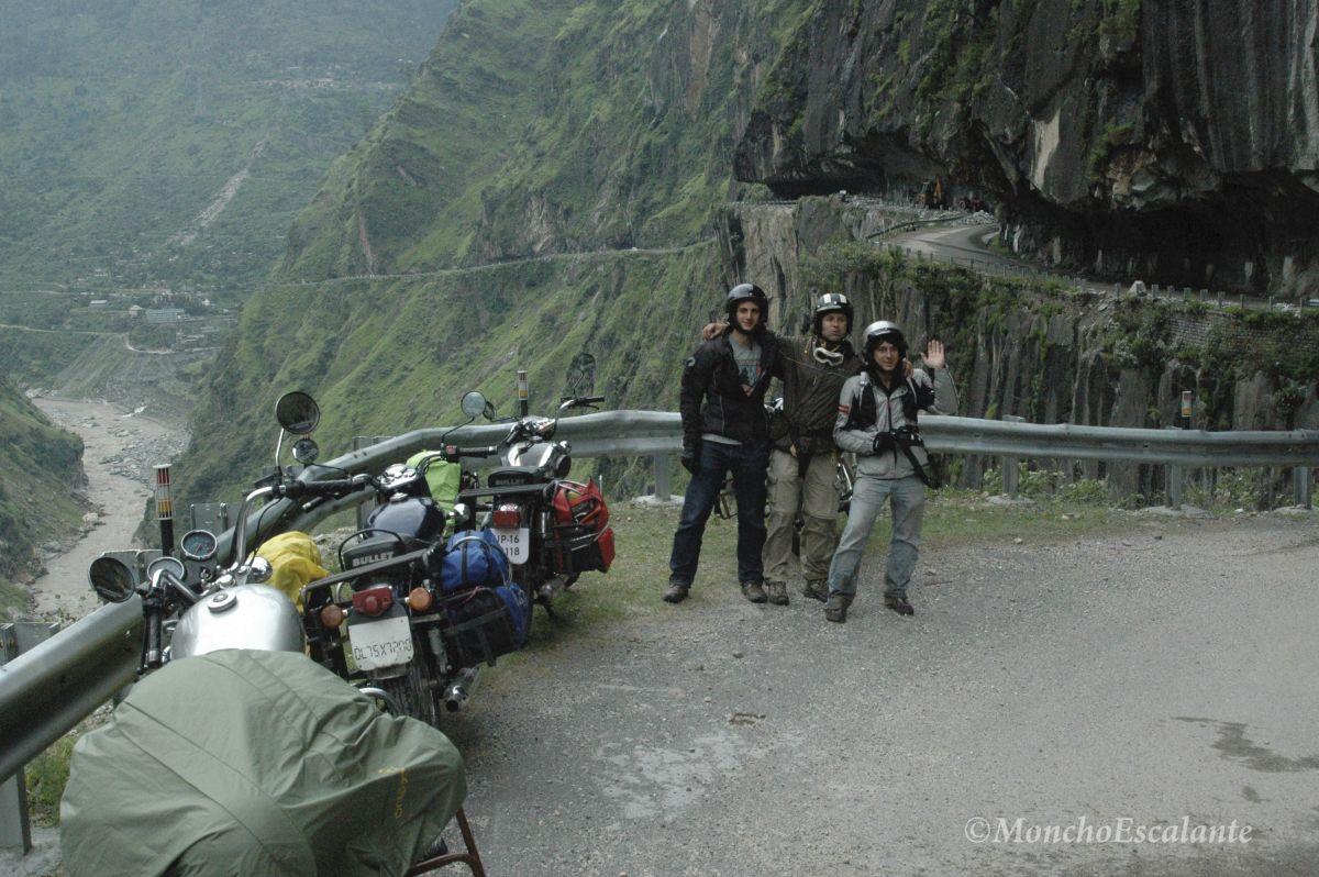 La carretera perfora la roca y se alza por el abismo, cobijada entre rocas