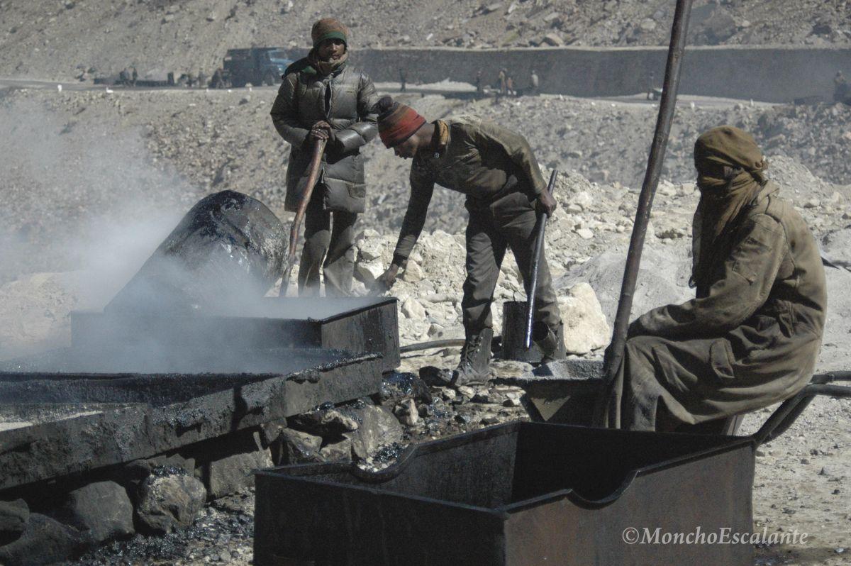Trabajadores preparando el asfalto de la carretera