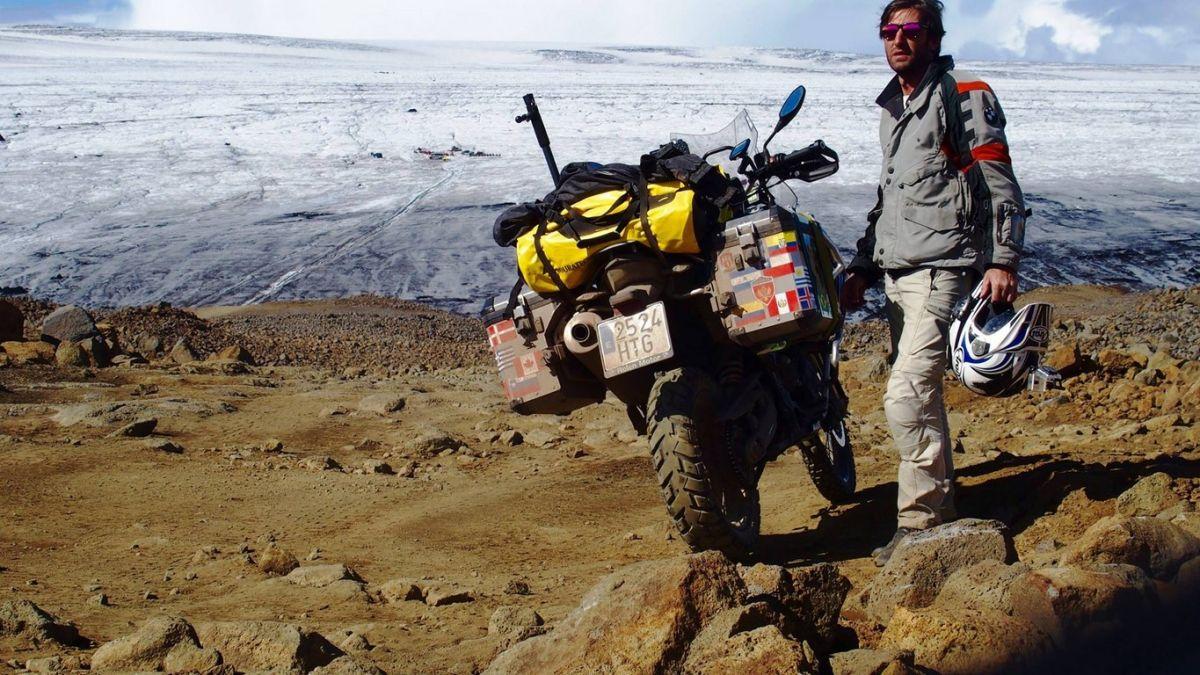 Las pistas ( F336 ) que rodean el glaciar Langjokull, te permiten a veces acercarte a tocar el hielo.